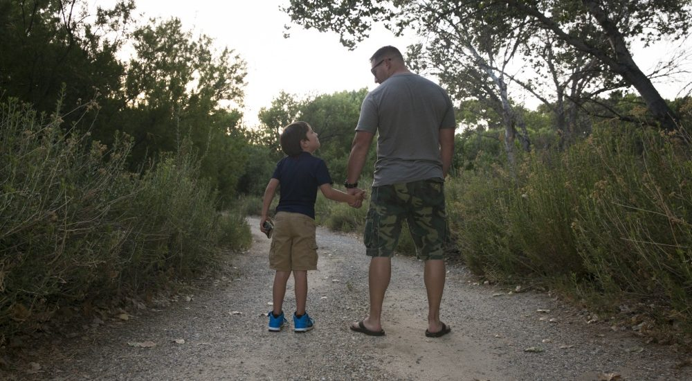 These 6 resources offer help to single parents who serve